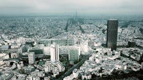 巴黎都市风景和埃佛尔铁塔空中射击如被看见从蒙巴纳斯地区在一多云天,法国 免版税图库摄影
