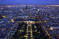 巴黎都市风景在夜之前从上面 图库摄影