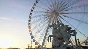 巴黎都市风景,在弗累斯大转轮前面的佩格瑟斯Equastrian雕象全景  股票录像