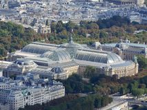 巴黎鸟瞰图有游船的巴黎大皇宫、小皇宫和Madelaine教会在塞纳河 免版税库存图片
