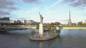 巴黎鸟瞰图  自由女神像和埃菲尔铁塔 寄生虫射击 股票视频