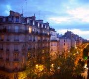 巴黎,夜城市风景 时髦的美丽的房子做建筑复合体城市街道 蒙马特区,巴黎,法国 免版税库存图片