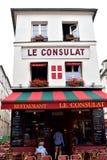 巴黎,法国,有游人的著名Le Consulat餐馆 多雨的日 库存照片
