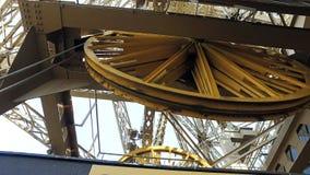巴黎,法国,艾菲尔铁塔机制,关闭两个巨型轮子转动 免版税库存照片