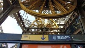 巴黎,法国,艾菲尔铁塔机制,关闭两个巨型轮子转动 库存照片