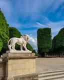 巴黎,法国,2019年6月:狮子雕象在卢森堡公园卢森堡庭院里 免版税库存照片
