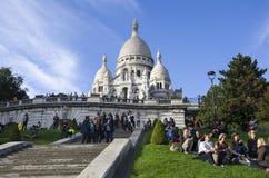 巴黎,法国, 2017年9月30日,人们在蒙马特, Sacre Coeur教会享受一个晴朗的秋天下午 库存照片