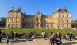 巴黎,法国, 2017年3月27日:人们在卢森堡庭院里享受晴天在巴黎 卢森堡宫殿是 免版税库存图片