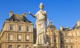 巴黎,法国, 2017年3月27日:人们在卢森堡庭院里享受晴天在巴黎 卢森堡宫殿是 图库摄影