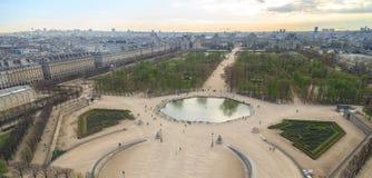 巴黎,法国, 2017年3月28日:从Tuileries庭院和天窗宫殿的弗累斯大转轮的鸟瞰图 库存照片