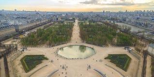 巴黎,法国, 2017年3月28日:从Tuileries庭院和天窗宫殿的弗累斯大转轮的鸟瞰图 库存图片