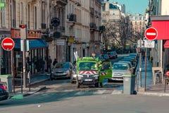 巴黎,法国, 2017年3月31日:巴黎人街道的典型的看法 巴黎建筑学和地标  库存图片