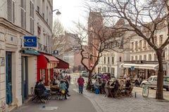 巴黎,法国, 2017年3月31日:巴黎人街道的典型的看法 巴黎建筑学和地标  免版税库存图片