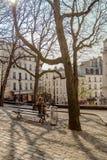 巴黎,法国, 2017年3月31日:巴黎人街道的典型的看法 巴黎建筑学和地标  库存照片