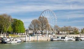 巴黎,法国, 2017年3月30日:河沿在有弗累斯大转轮的巴黎在采取a的协和飞机和客船游人 库存图片
