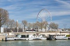 巴黎,法国, 2017年3月30日:河沿在有弗累斯大转轮的巴黎在采取a的协和飞机和客船游人 图库摄影