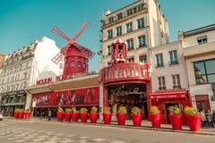 巴黎,法国, 2017年3月31日:红磨坊是一个著名余兴节目在1889年建造的,位于巴黎红灯区 免版税库存图片