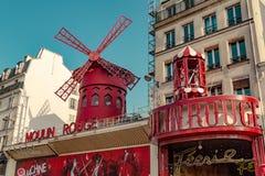 巴黎,法国, 2017年3月31日:红磨坊是一个著名余兴节目在1889年建造的,位于巴黎红灯区 免版税库存照片