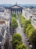 巴黎,法国, 8月13日-从一个勘测平台的顶视图到城市街道在巴黎在2015年8月13日的夏天期间 免版税库存图片