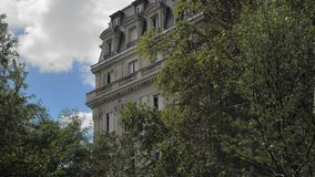 巴黎,法国2018年8月:典型的巴黎人房子 以绿色叶子和天空蔚蓝为背景与云彩 股票视频