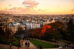 巴黎,法国- 2017年11月:巴黎从著名Sacre Coeur大教堂的高地的市视图在美好的日落期间的 免版税库存照片