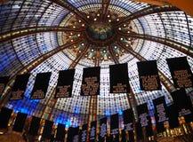 巴黎,法国- 2017年4月:著名购物中心的天花板,巴黎老佛爷百货公司在巴黎,法国 免版税图库摄影