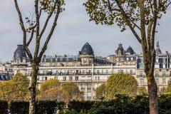巴黎,法国- 2017年11月 巴黎,法国街道  蓝天、大厦和交通 图库摄影