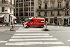 巴黎,法国2018年6月02日古典红色救护车通过巴黎街道乘坐 免版税库存照片