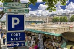 巴黎,法国- 2013年6月14日, :在塞纳河边缘的传统Bouquiniste摊 Bouquinistes出售使用的和古色古香的书 免版税库存图片