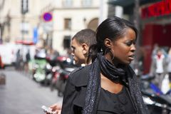 巴黎,法国- 2011年4月12日:一个美丽的非洲女孩的画象在城市街道上的 免版税库存图片