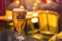 巴黎,法国- 2017年10月14日:一杯在表i上的金啤酒 免版税库存照片