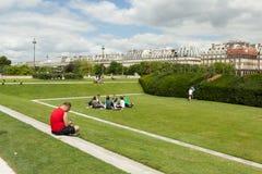 巴黎,法国2018年6月02日:享受在公园Jardin des Tuileries pl的人们一个美好的夏日 de la协和飞机 免版税库存照片