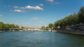 巴黎,法国- 2018年6月19日:从航行塞纳河晴朗的夏日的小船的Timelapse视图 影视素材
