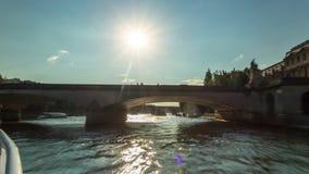巴黎,法国- 2018年6月19日:从航行塞纳河晴朗的夏日的小船的Timelapse视图 股票视频