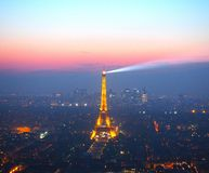巴黎,法国2017年4月29日:在巴黎的看法从在巴黎夜空中全景的蒙巴纳斯塔  库存图片