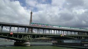 巴黎,法国- 2019年4月3日:埃菲尔铁塔和Bir Hakeim桥梁看法在塞纳河的 股票视频