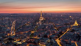 巴黎,法国- 2018年6月19日:埃菲尔铁塔晚上日落timelapse从上面 快速的运动 股票视频