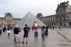 巴黎,法国- 2018年6月01日:拍在天窗金字塔前面的游人selfie照片 天窗金字塔Pyramide du Louvre是 免版税图库摄影