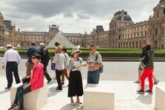 巴黎,法国- 2018年6月01日:拍在天窗金字塔前面的游人selfie照片 天窗金字塔Pyramide du Louvre是 库存照片
