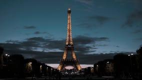 巴黎,法国- 2018年8月08日:艾菲尔铁塔在首都的中心 从火星的领域的看法 夜间 股票录像