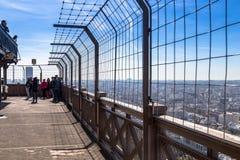 巴黎,法国- 2017年3月30日:艾菲尔铁塔的上面 这是顶楼观察台在艾菲尔铁塔  库存照片
