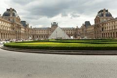 巴黎,法国- 2018年6月01日:著名罗浮宫看法有天窗金字塔的在晚上日落 罗浮宫是一个家神 免版税库存照片