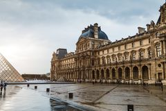 巴黎,法国- 2018年6月01日:著名罗浮宫看法有天窗金字塔的在晚上日落 罗浮宫是一个家神 库存图片