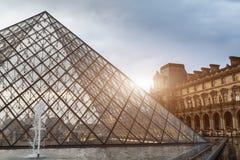 巴黎,法国- 2018年6月01日:著名罗浮宫看法有天窗金字塔的在晚上日落 罗浮宫是一个家神 库存照片