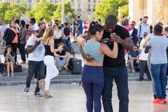 巴黎,法国- 2017年6月24日:跳舞在地方de Trocadero的未知的青年人 免版税库存图片