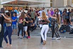 巴黎,法国- 2017年6月24日:跳舞在地方de Trocadero的未知的青年人 库存照片