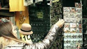 巴黎,法国- 2017年10月7日 买埃佛尔铁塔纪念品磁铁的少妇在旅游地方 库存照片