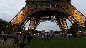 巴黎,法国- 2017年10月7日 做近照片的游人在晚上照亮了埃佛尔铁塔 库存图片