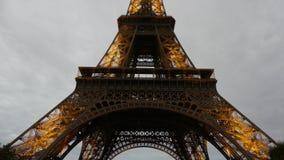 巴黎,法国- 2017年10月7日 升埃佛尔铁塔在晚上 免版税库存图片