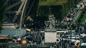 巴黎,法国- 2017年10月8日 在埃佛尔铁塔和安全检查站附近的拥挤正方形 免版税库存照片